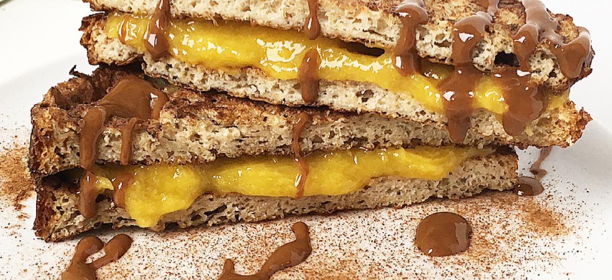 French toast alla cannella e carrube con crema al mango