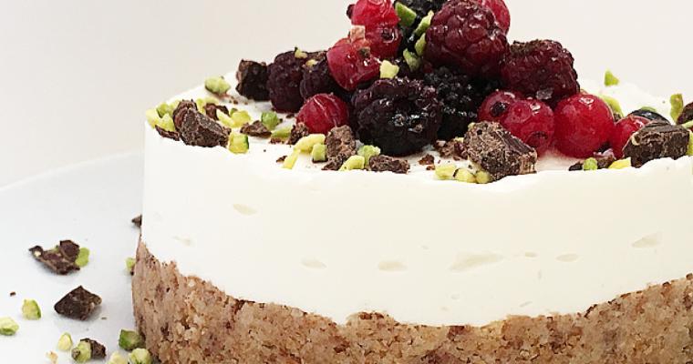 Cheesecake ai frutti rossi con cioccolato crudo all'arancia e quinoa.
