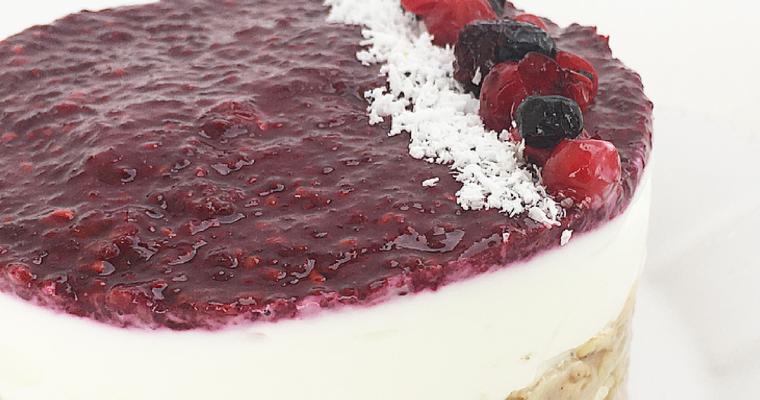 Cheesecake alle mandorle con marmellata di semi di chia e zenzero ai frutti di bosco.