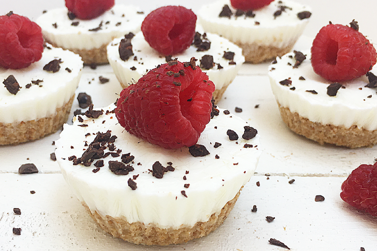 Mini frozen cheesecake allo yogurt, lamponi e cioccolato fondente.