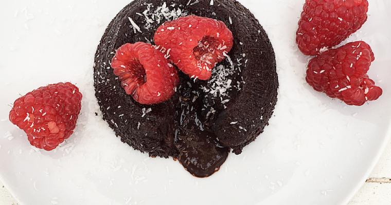 Soufflè vegan al cioccolato fondente, lamponi e peperoncino – Low Carb