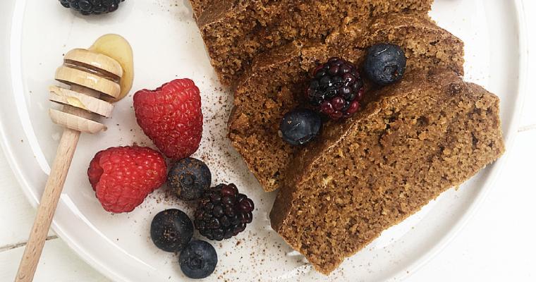 Plumcake monodose al caffè, cannella e anice con miele millefiori e frutti rossi.