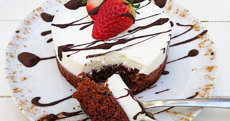 Cheesecake sana con base di pan di spagna soffice al cacao.