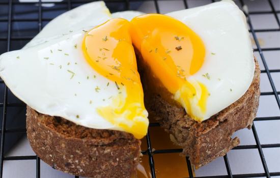 Uovo in padella su pane croccante ai semi lowcarb