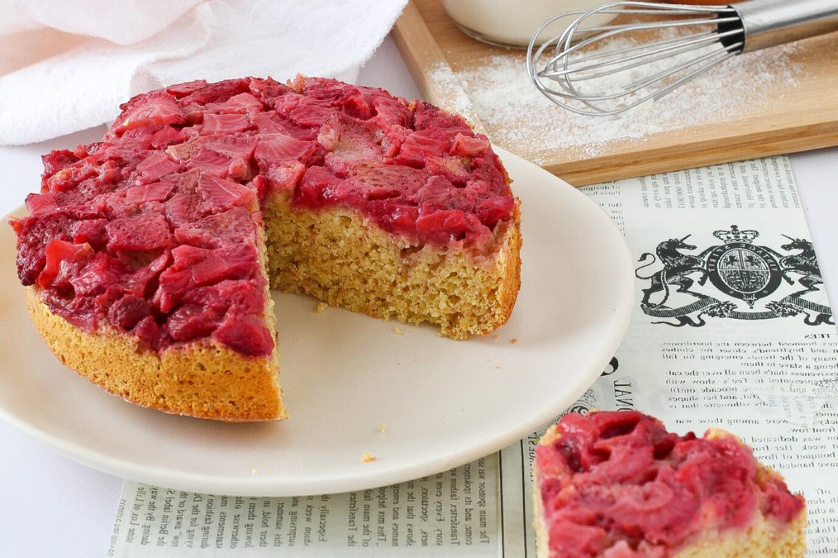Torta integrale rovesciata alle fragole | senza zucchero, olio e burro